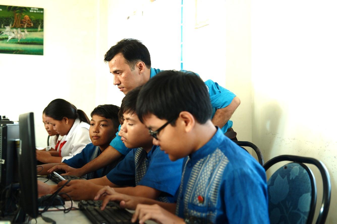 Thầy giáo trẻ tiếp lửa đam mê cho các em học sinh dân tộc Khmer