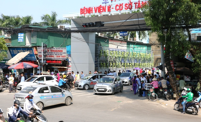 Cổng bệnh viện trở thành tụ điểm kinh doanh của hàng rong, xe ôm và taxi