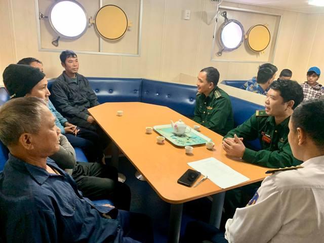 Tiếp nhận 9 ngư dân và tàu cá gặp nạn