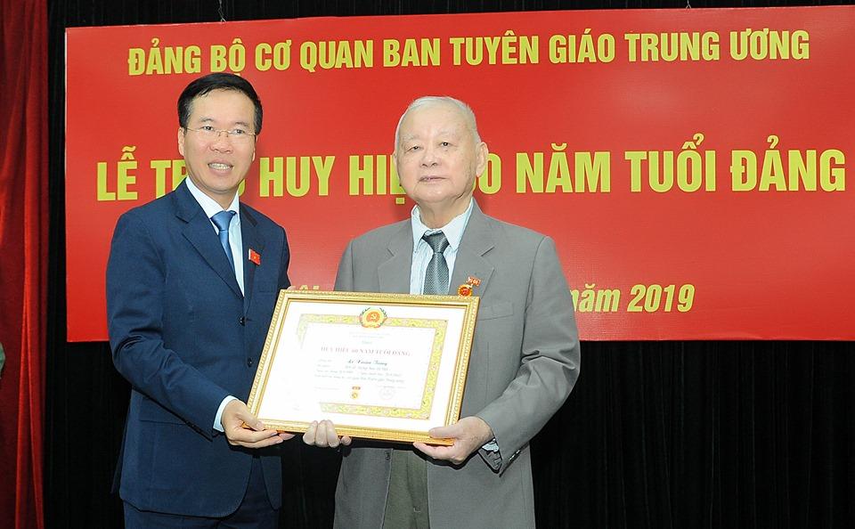 Trao tặng Huy hiệu 60 năm tuổi Đảng cho đồng chí Lê Xuân Tùng 🎥