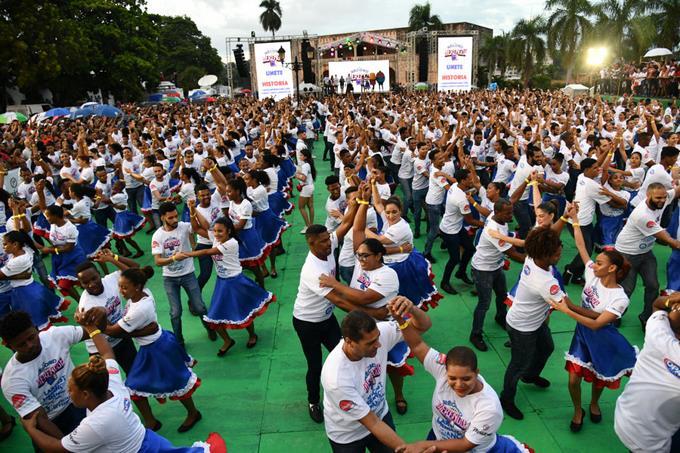 Dominica phá kỷ lục về số người nhảy điệu merengue truyền thống