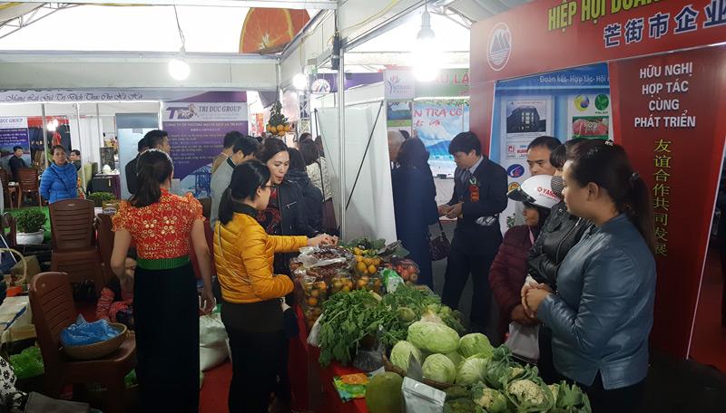400 gian hàng tham gia Hội chợ thương mại du lịch quốc tế Việt - Trung