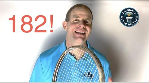 Người đàn ông Mỹ phá vỡ hai kỷ lục Guinness về số lần tâng bóng tennis