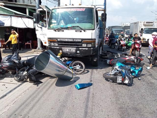 An Giang Xe tải tông 6 xe máy dừng chờ đèn đỏ làm nhiều người bị thương