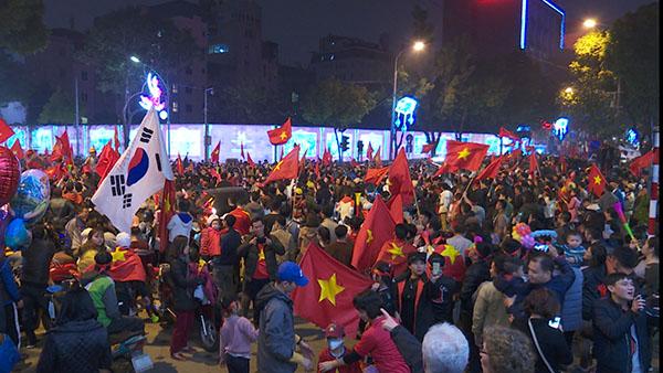 Hàng vạn người đổ ra đường mừng đội tuyển Việt Nam vào tứ kết Asian Cup 2019