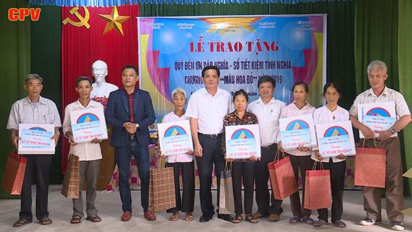 Ban tổ chức chương trình Màu hoa đỏ đi thăm và tặng quà các gia đình chính sách
