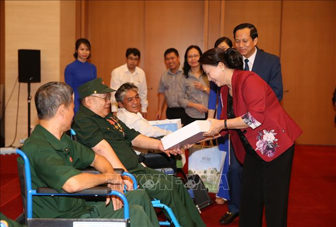 Chủ tịch Quốc hội gặp mặt các thương binh nặng tiêu biểu toàn quốc
