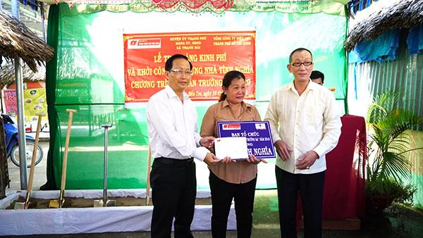 Trao tặng kinh phí xây dựng nhà tình nghĩa tại tỉnh Bến Tre