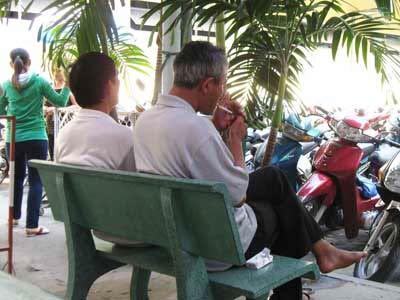 Thiếu quy định cụ thể về xử phạt hút thuốc lá nơi công cộng