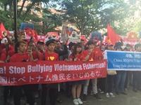 Thanh niên Việt Nam siết chặt tay hướng về Biển Đông