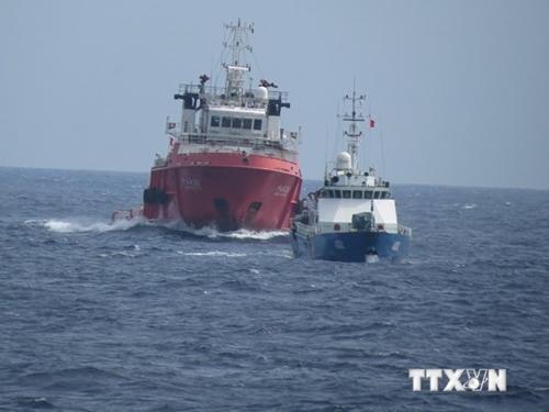 Kiểm ngư Việt Nam kiên trì đấu tranh thực thi pháp luật bất chấp tàu Trung Quốc dàn hàng ngang ngăn cản
