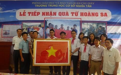 Trường THCS Nghĩa Tân Hà Nội đón nhận món quà đặc biệt từ Hoàng Sa