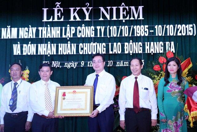 Công ty TNHH MTV Phát triển Du lịch – Dịch vụ thanh niên Việt Nam nhận Huân chương lao động hạng Ba