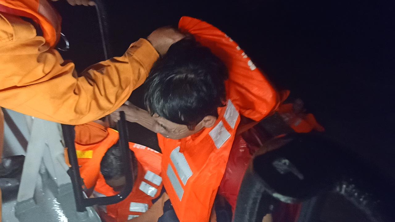 Cứu thành công 11 thuyền viên gặp nạn trên biển    