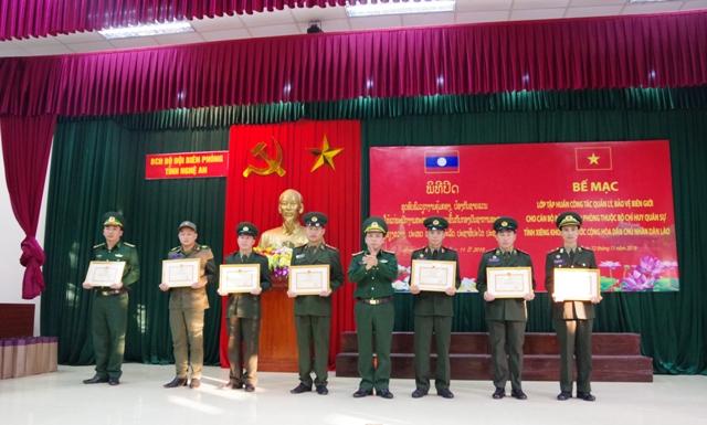 30 cán bộ Bộ Chỉ huy Quân sự tỉnh Xiêng Khoảng Lào hoàn thành khóa huấn luyện bảo vệ biên giới