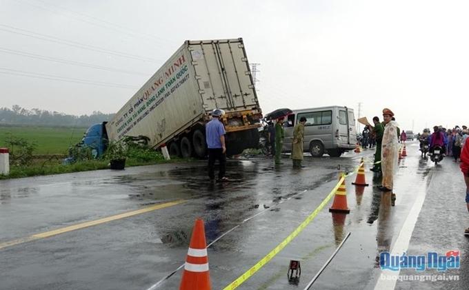 Tai nạn đặc biệt nghiêm trọng ở Quảng Ngãi, 13 người thương vong