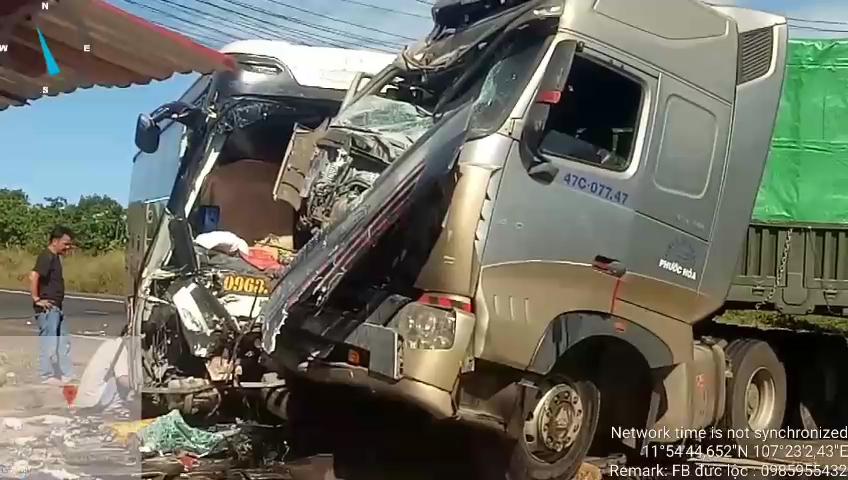 Xe khách đối đầu xe container, 4 người thương vong