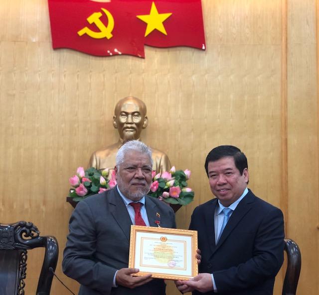 Đại sứ Venezuela tại Việt Nam nhận Kỷ niệm chương Vì sự nghiệp đào tạo và bồi dưỡng lý luận chính trị