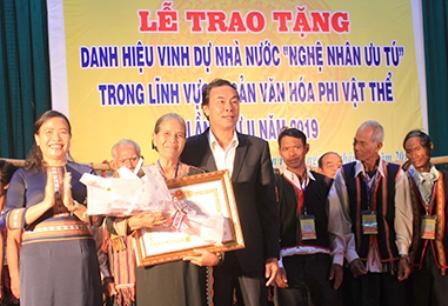 """Kon Tum Vinh danh """"Nghệ nhân ưu tú"""" cho nghệ nhân trong lĩnh vực di sản phi vật thể"""