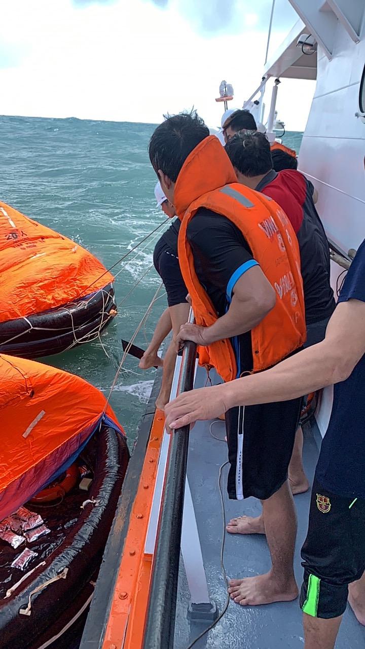 Ứng cứu các thuyền viên gặp nạn tại vùng biển Quy Nhơn