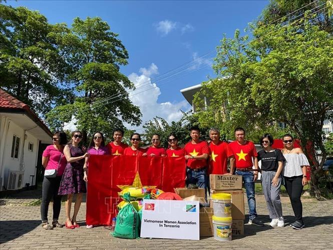 Hội Phụ nữ Việt Nam tại Tanzania tặng quà trung tâm nuôi dưỡng trẻ mồ côi