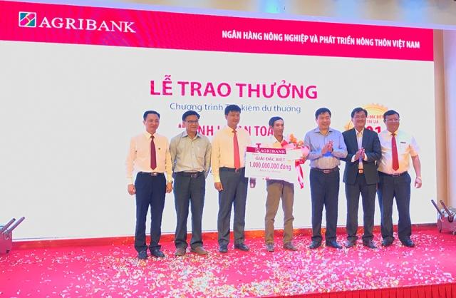 Agribank trao sổ tiết kiệm trị giá 01 tỷ đồng cho khách hàng trúng giải Đặc biệt