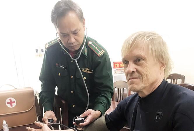 Ngư dân Bình Định cứu một người Đức đuối nước trên biển