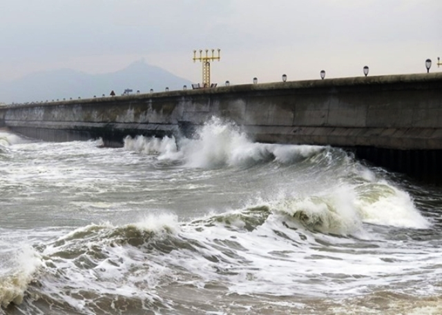 Tàu cá của ngư dân bị sóng đánh chìm, 2 người mất tích, 4 người được cứu thoát