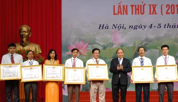 Tổ chức hai đợt thi đua trong công nhân, viên chức, lao động