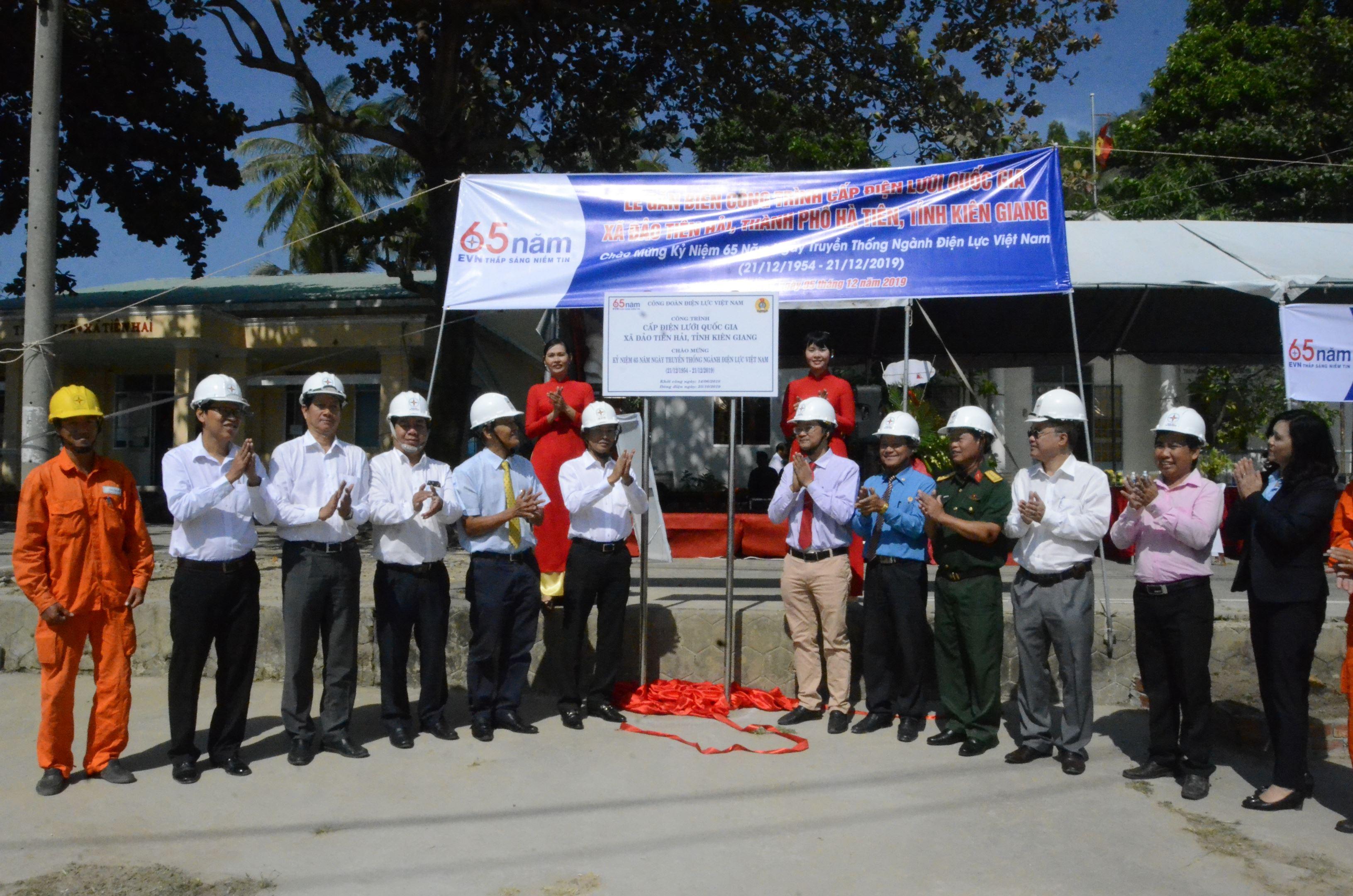Gắn biển công trình cấp điện lưới quốc gia ra xã đảo Tiên Hải tỉnh Kiên Giang