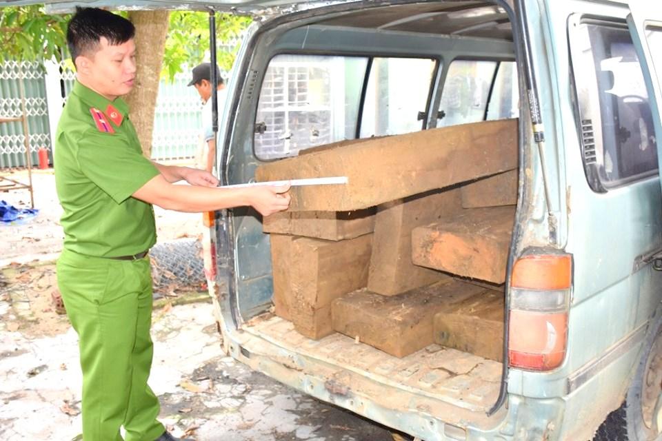 Bắt quả tang một vụ vận chuyển hơn 46 phách gỗ lậu