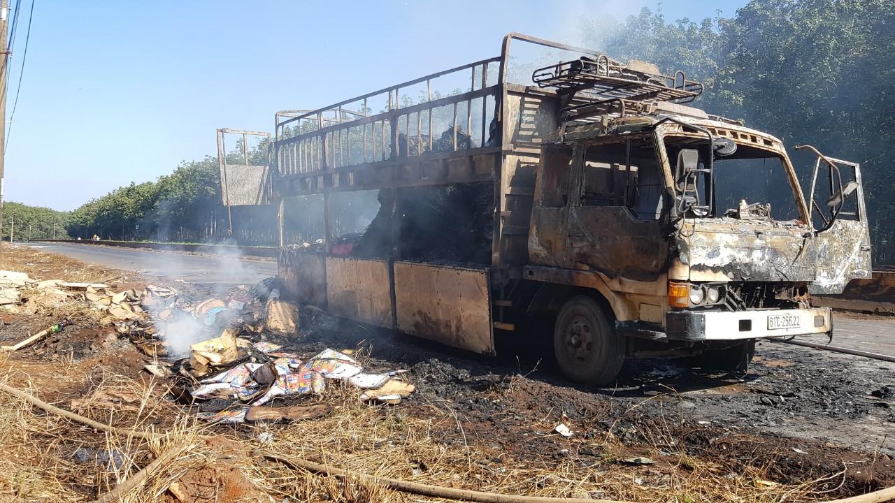 Bình Phước Xe tải bốc cháy khi đang lưu thông trên đường