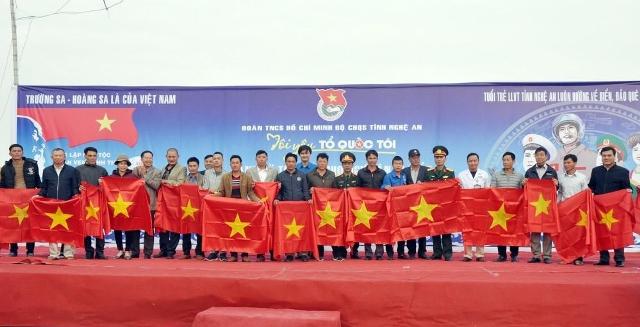 """Chương trình """"Tôi yêu tổ quốc tôi"""" tặng cờ cho ngư dân Nghệ An"""