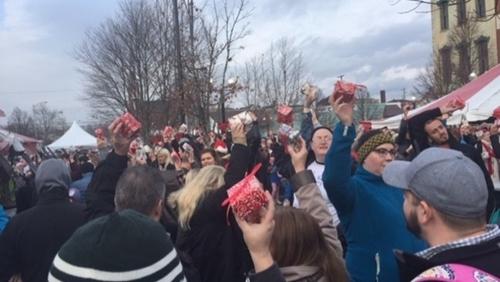"""Mỹ 1 482 người cùng tham gia vào buổi """"lễ hội"""" gói quà"""