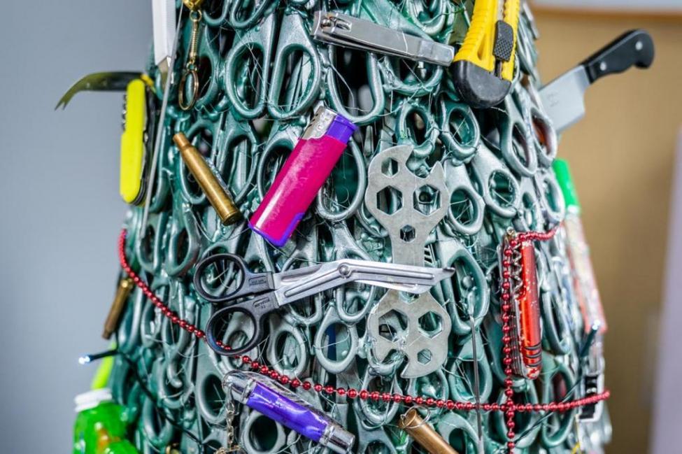 Độc đáo cây thông Giáng sinh được trang trí bằng những đồ vật cấm mang lên máy bay