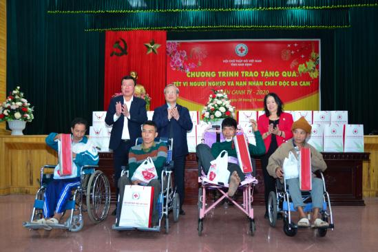 Thường trực Ban Bí thư tặng quà Tết vì người nghèo và nạn nhân chất độc da cam tại Nam Định