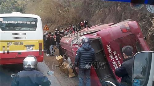 Sơn La Xe tải đâm xe khách lật ngang, 12 người bị thương