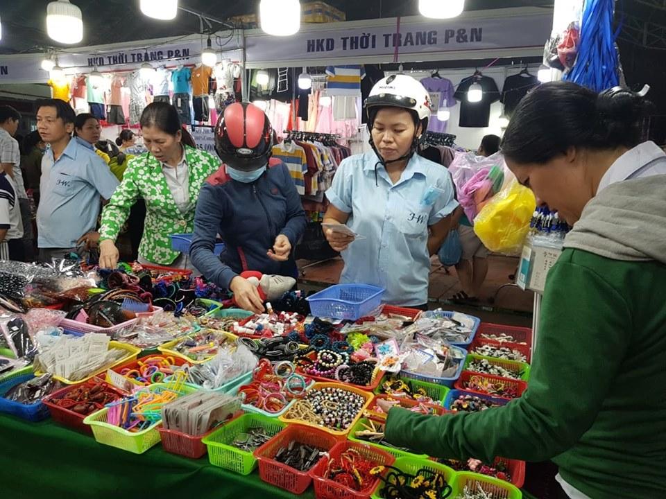 TP Hồ Chí Minh 2 000 công nhân tham gia Phiên chợ nghĩa tình