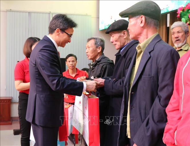 Phó Thủ tướng Vũ Đức Đam trao quà Tết cho người nghèo tại Bắc Ninh