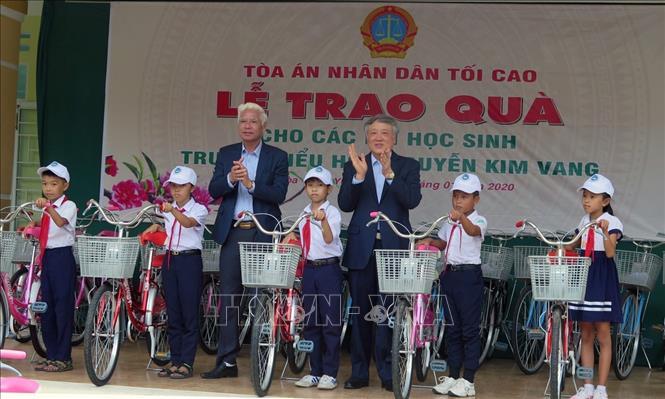 Đồng chí Nguyễn Hòa Bình tặng quà cho học sinh nghèo tại tỉnh Phú Yên