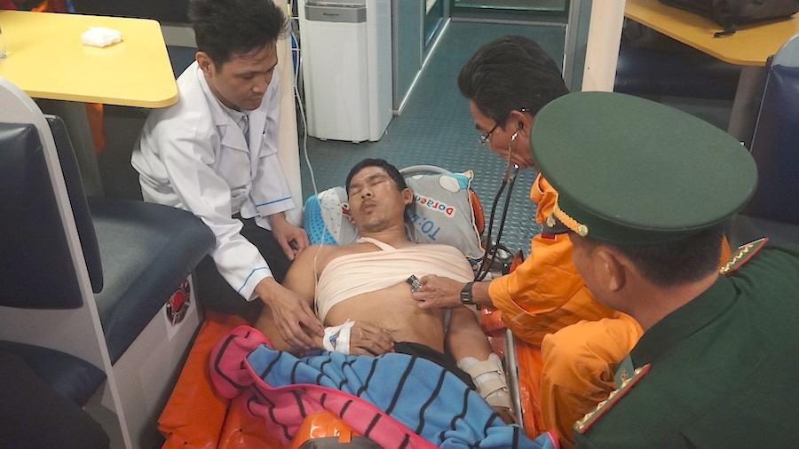 Cứu nạn ngư dân bị tai nạn trên vùng biển Hoàng Sa