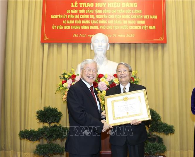 Trao tặng Huy hiệu 60 năm tuổi Đảng cho nguyên Chủ tịch nước Trần Đức Lương