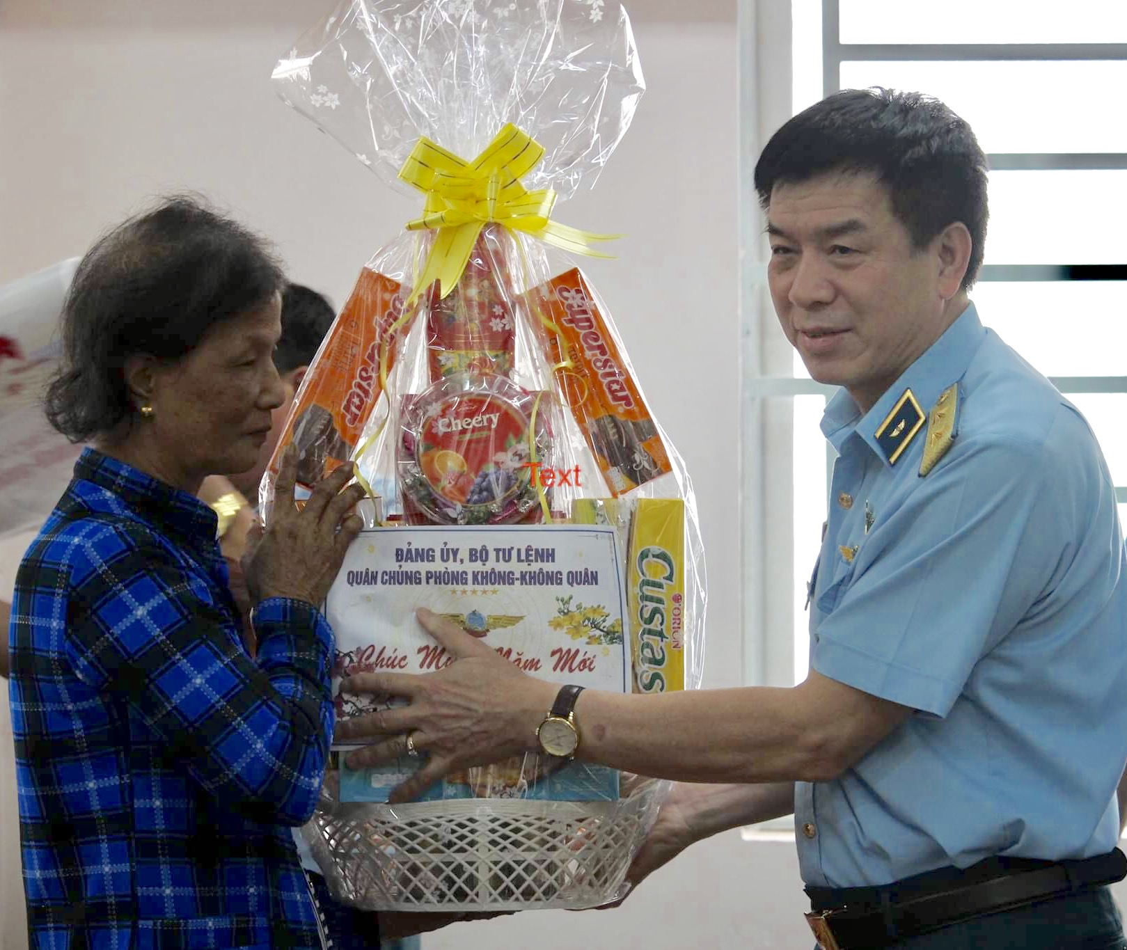 Quân chủng PK-KQ thăm và tặng quà các đối tượng chính sách tại TP Hồ Chí Minh