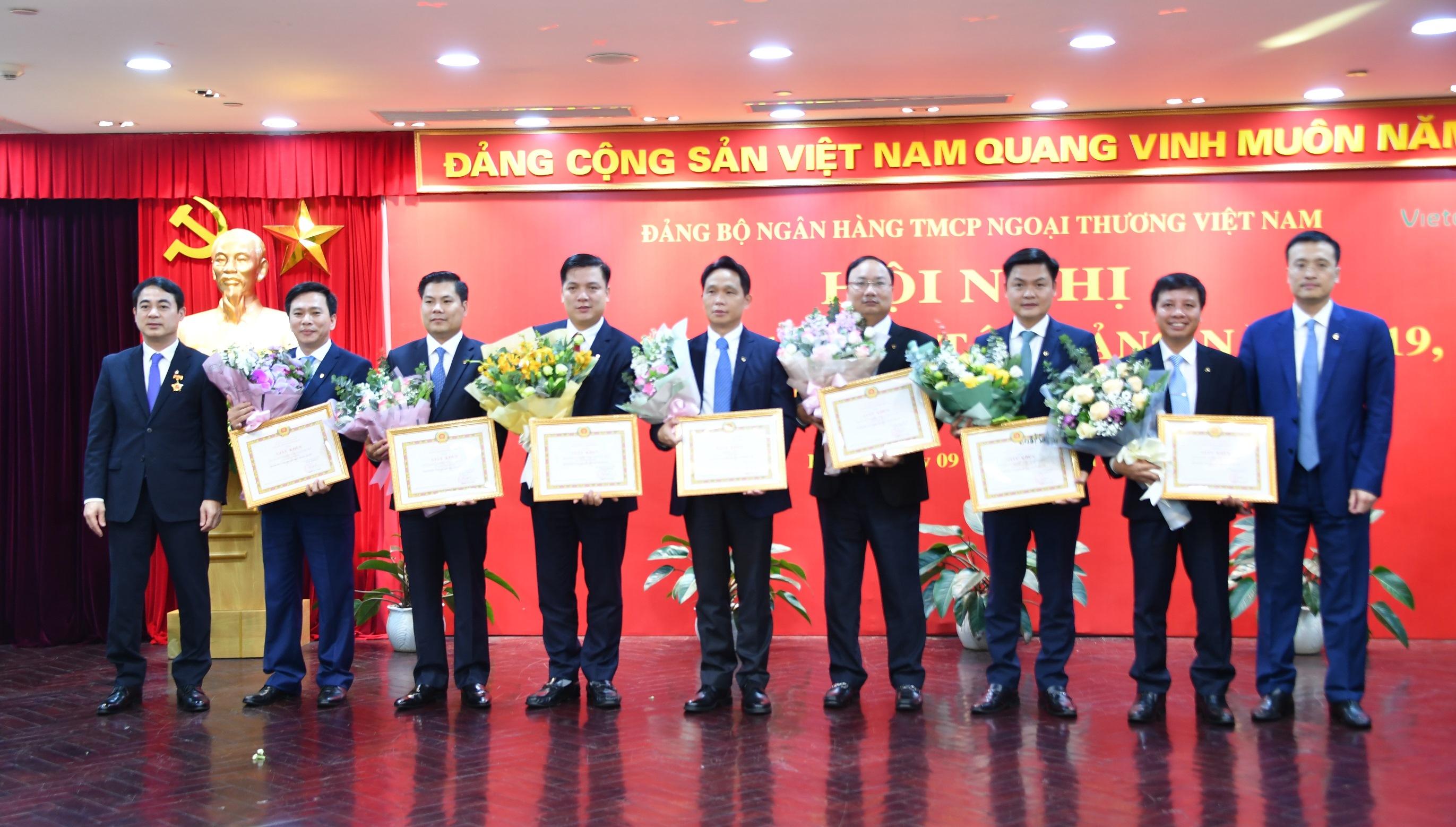 Gắn các phong trào thi đua, lao động giỏi với đẩy mạnh học tập và làm theo tấm gương đạo đức Hồ Chí Minh