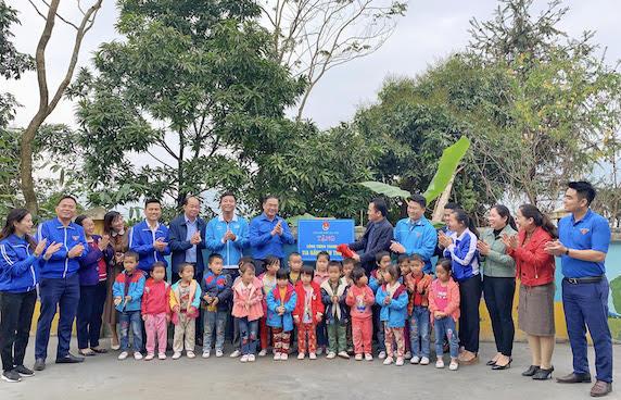 Đoàn tình nguyện của tuổi trẻ Thủ đô hỗ trợ cho người dân có hoàn cảnh khó khăn tại Mường Khương