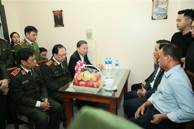 Bộ trưởng Tô Lâm thăm gia đình 3 cán bộ, chiến sỹ Công an hy sinh tại Đồng Tâm