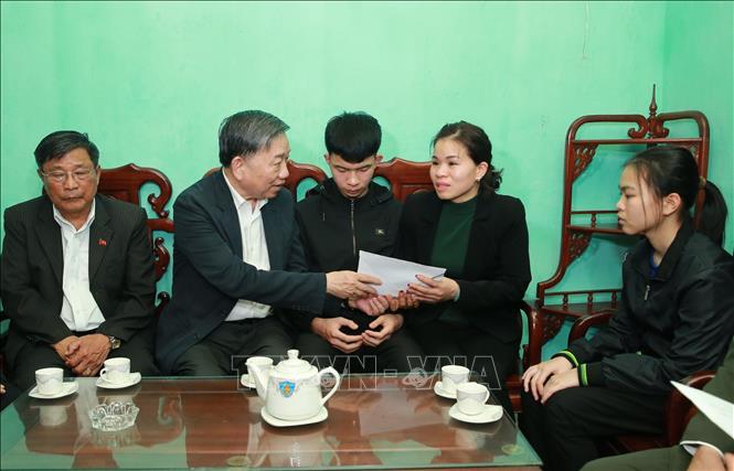 Bộ trưởng Tô Lâm thăm gia đình 3 cán bộ, chiến sỹ Công an hy sinh trong vụ việc tại Đồng Tâm