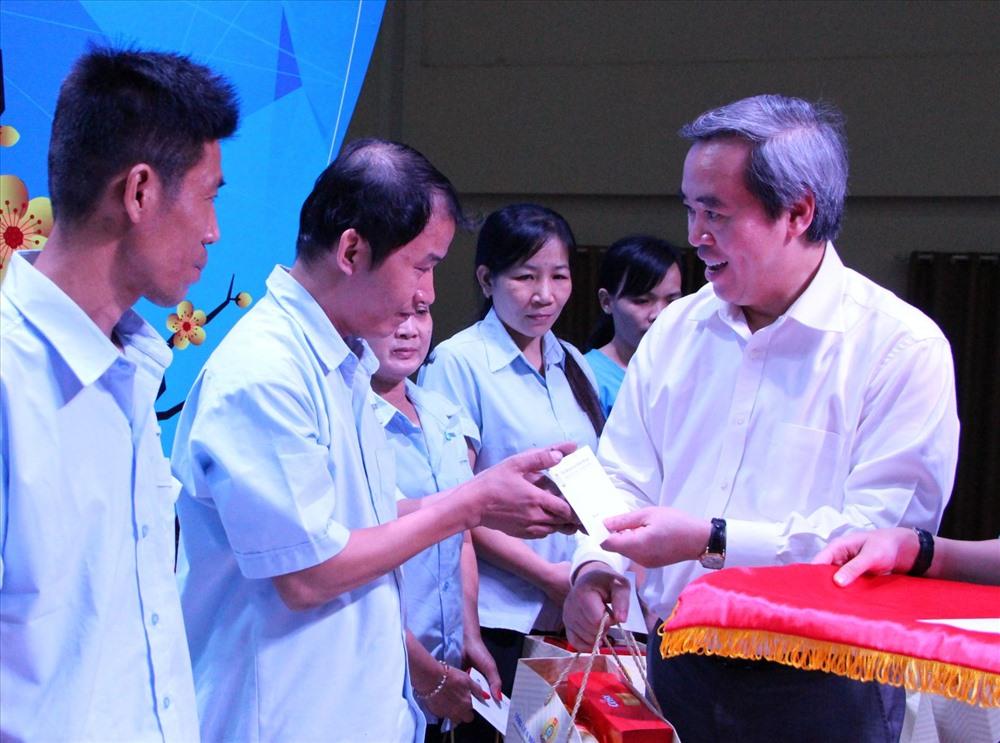 Ban Kinh tế Trung ương tặng quà Tết cho công nhân tại Bình Dương