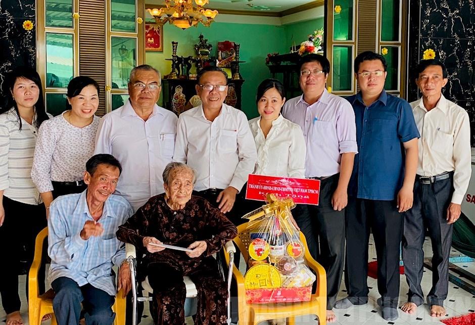Lãnh đạo TP Hồ Chí Minh thăm, chúc Tết gia đình chính sách tiêu biểu