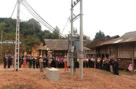 Sơn La Gần 330 hộ dân xã Chiềng Hặc được cấp điện lưới Quốc gia